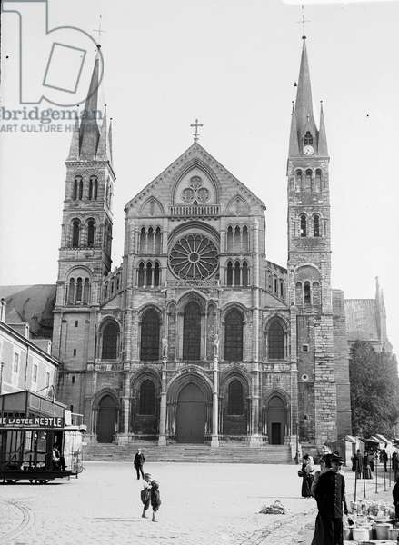 France, Champagne-Ardennes, Marne (51), Reims: October 1899, Basilica Saint Remi (Saint-Remi), the facade with a fair and gypsy trailers, 1899 - advertisement: lactee flour Nestle complete food for children - tram 74