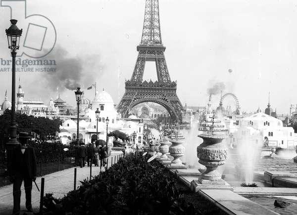 France, Ile-de-France, Paris (75): universal exhibition, the Eiffel Tower, general view of the exhibition, 1900