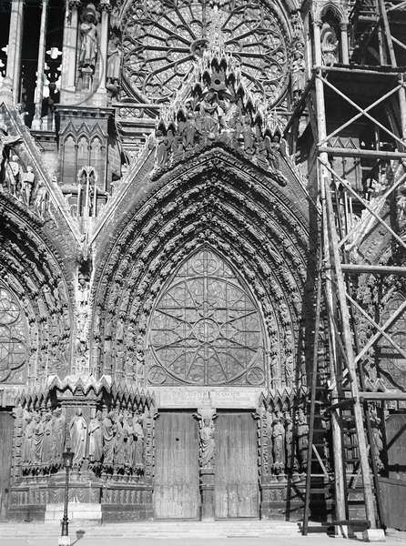 France, Champagne-Ardennes, Marne (51), Reims: October 1899, central portal (dedicated to Marie) of the cathedrale Notre Dame (Notre-Dame) with scaffolding for restorations, 1899
