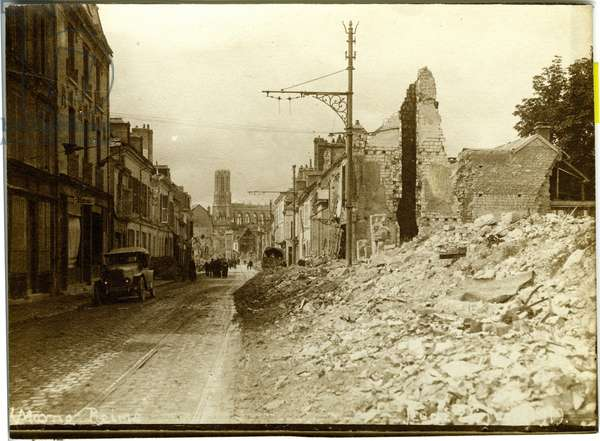 France, Champagne-Ardennes, Marne (51), Reims: rue Gorbetta and the cathedrale in ruins, 1919