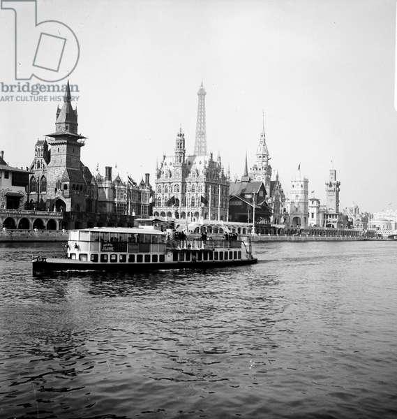 France, Ile-de-France, Paris (75): World Exposition, Seine, Hungarian Pavilion, Belgian Pavilion, Eiffel Tower, boat fly, 1900 - advertisement: absinthe Joanne - boat-mouche