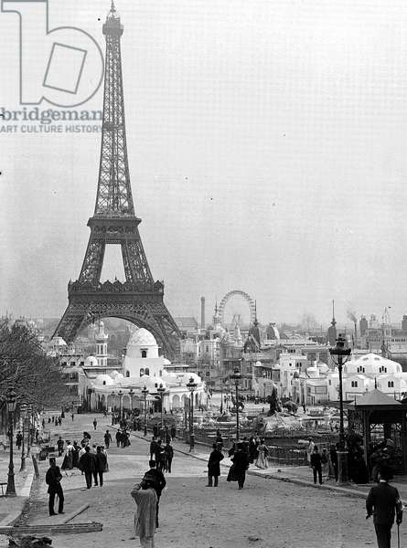 France, Ile-de-France, Paris (75): April 23, 1900, Universal Exhibition, overview of the left staircase of Trocadero, in the background the Ferris Wheel and the Eiffel Tower, Algeria pavilion and part of the pavilions under construction, 1900