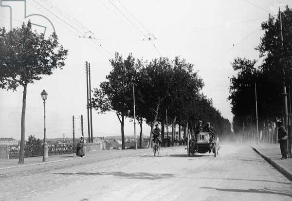 France, Centre, Indre-et-Loire (37), Tours: 31 May 1903, Paris/Madrid car race, a cyclist opens the race, avenue Grammont, and a bicycle race commissioner, 1903 - car n°18 De Dietrich, crew Phil Stead
