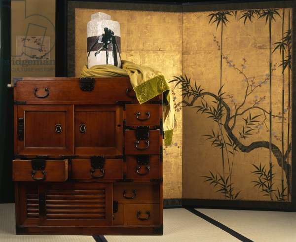 Chest of drawers in cypers or isho-tansu wood, Edo period (1600-1868).