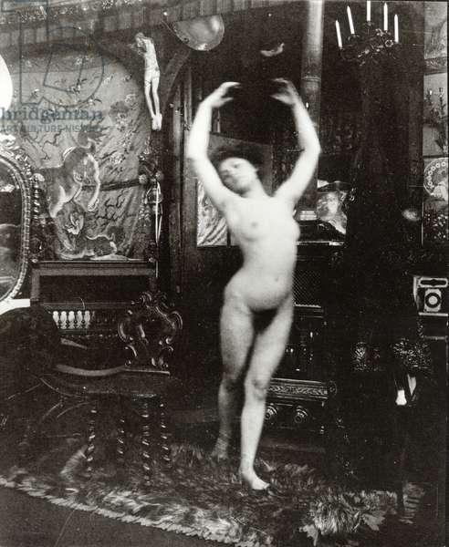Ballet study: dancing nude in the studio, Rue du Val de Grâce, Paris, c.1901 (b/w photo)