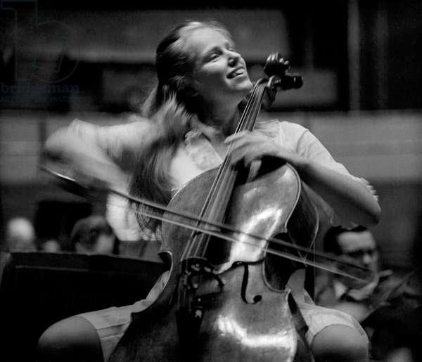 Jacqueline du Pré playing