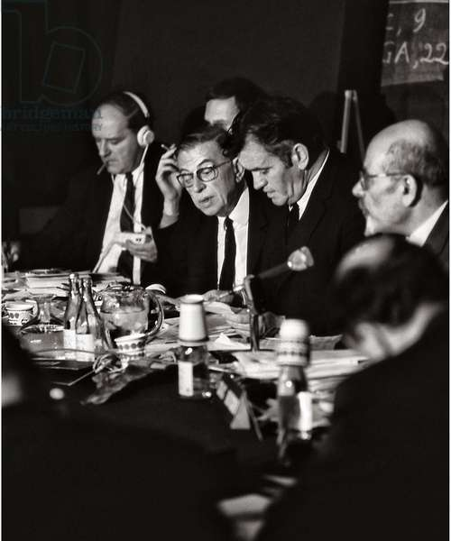 Russell Tribunal or Russell-Sartre Tribunal, tribunal of opinion founded by Bertrand Russell and Jean-Paul Sartre, judging war crimes in Vietnam: from left to right Gunther Anders, Jean Paul Sartre, Vladimir Dedijer and Isaac Deutscher, Stockholm 1973 (Russell tribunal, International War Crimes Tribunal or Russell-Sartre Tribunal for war crimes in Vietnam: from left to right Gunther Anders, Jean Paul Sartre, Vladimir Dedijer and Isaac Deutscher, 1973 Stockholm)