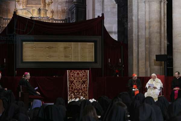 Pope Benedict XVI chairing the ceremony of Shroud worshiping, Turin, Italy, 2010 (photo)
