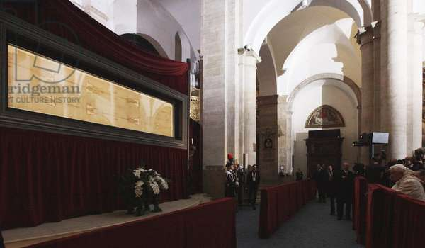 Pope Benedict XVI praying in front of the Holy Shroud, Turin, Italy, 2010 (photo)