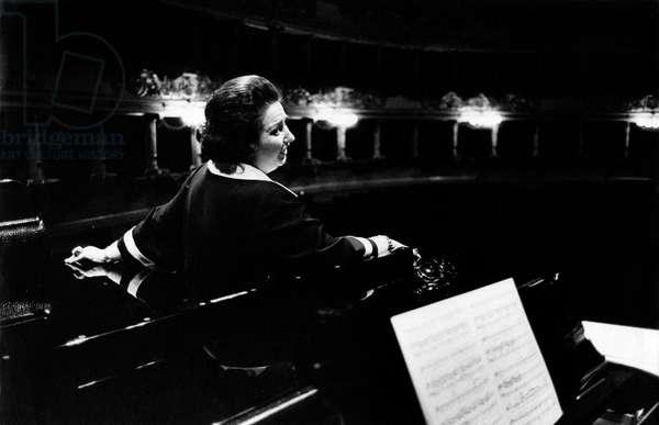 Montserrat Caballé singing, 1975 (b/w photo)