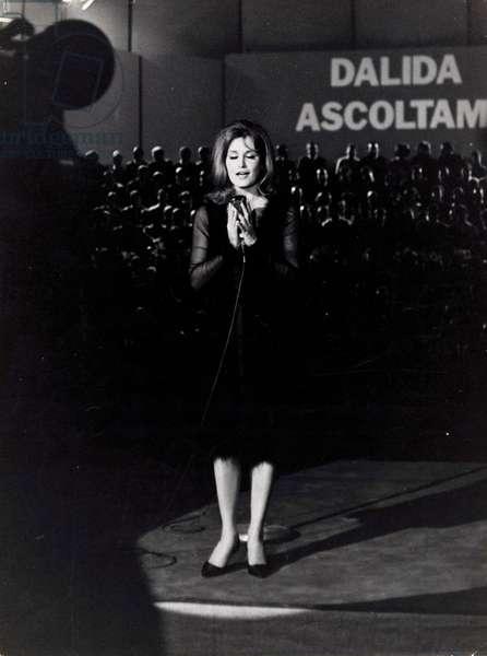 Dalida singing