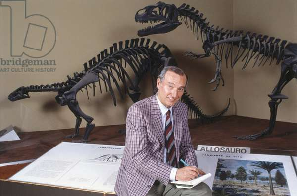 Piero Angela in front of the copy of the skeletons of two dinosaurs, Italy