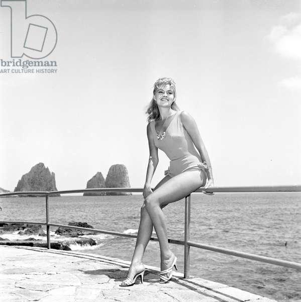 Unidentified actress on the set of the film 'Avventura a Capri', 1958 (b/w photo)