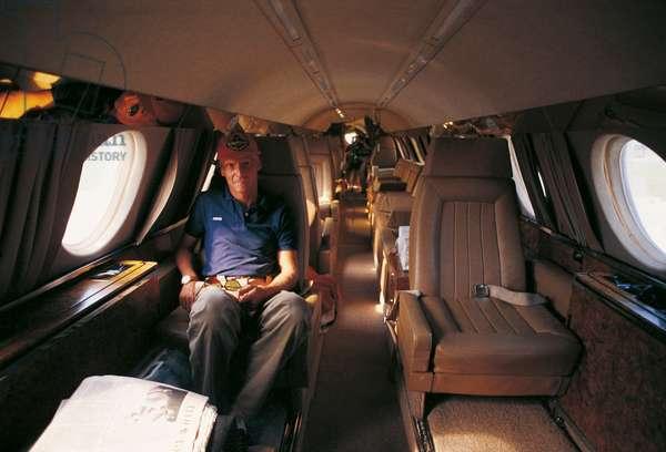 Niki Lauda into an airplane