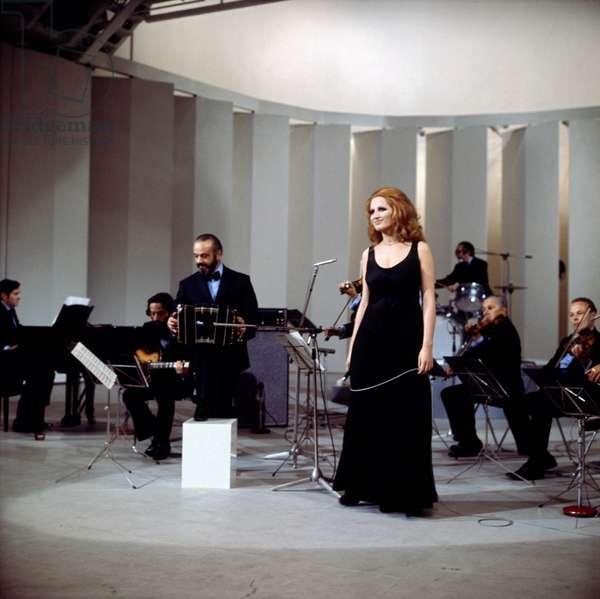 Mina singing on Teatro 10, Italy