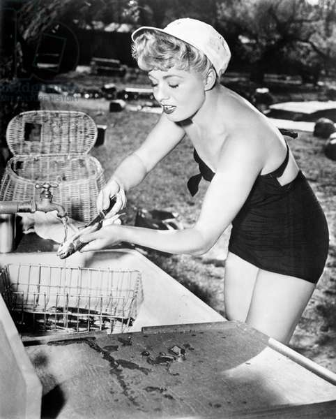Shelley Winters cleaning a fish