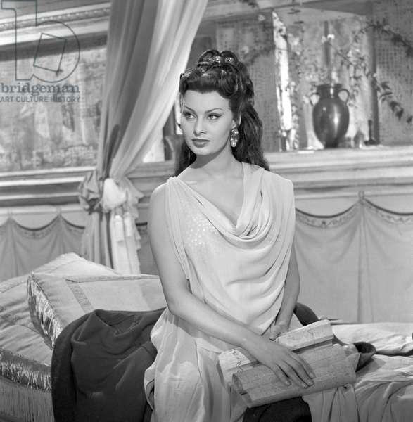 Sophia Loren dressing as an ancient roman woman, 1954 (b/w photo)