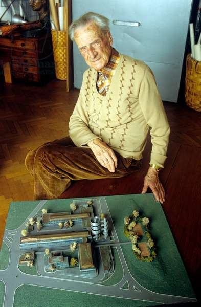 Giovanni Michelucci beside the scale model of the Telecommunication Complex of Pisa