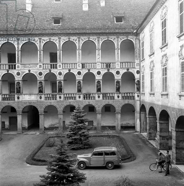 View of the courtyard of a building of Trentino-Alto Adige/Sudtirol, At that time the regional election in Trentino-Alto Adige/Sudtirol are held, Italy, November 1952 (b/w photo)