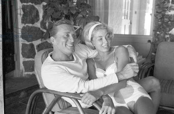 The actor Kirk Douglas and his wife Anne Buydens (b/w photo)