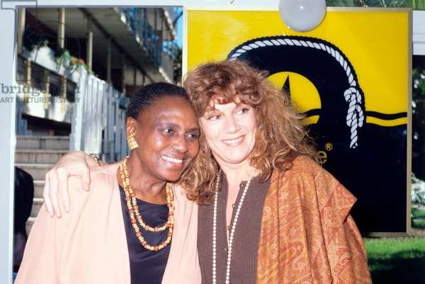 Hug between Miriam Makeba and Caterina Caselli