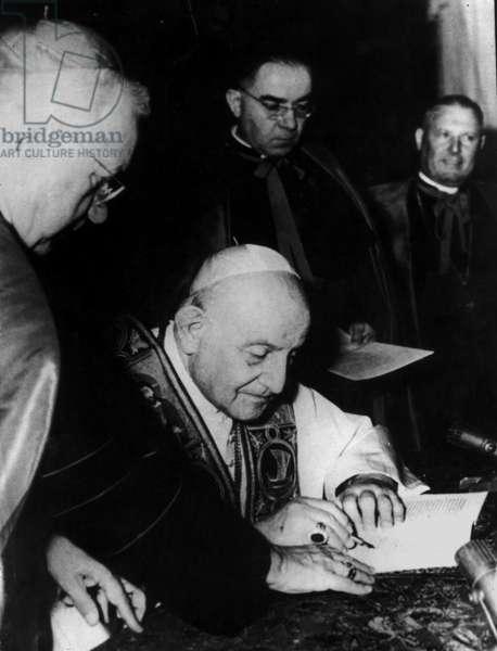 Pope John XXIII sign Encyclical