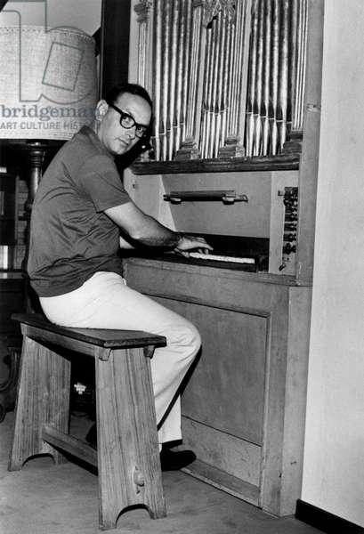 Ennio Morricone playing the organ