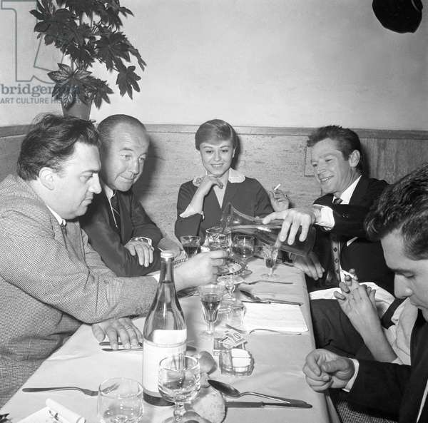 Broderick Crawford, Richard Basehart, Giulietta Masina and Federico Fellini having dinner, Italy, 1957 (b/w photo)