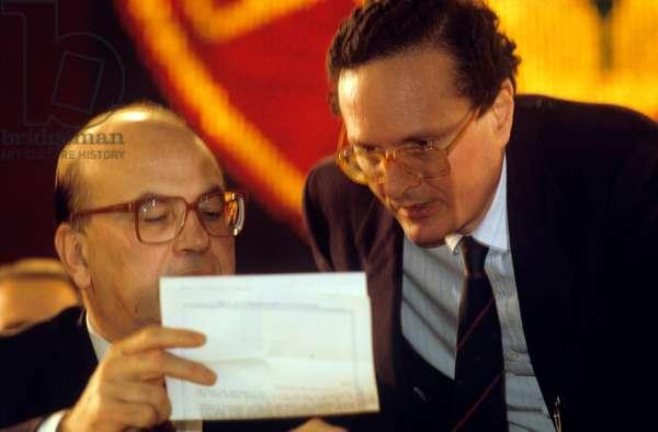 Bettino Craxi and Ugo Intini reading a paper