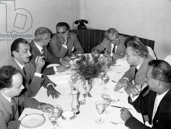 William Faulkner sitting at the table with Alberto Mondadori, Enzo Biagi and Elio Vittorini