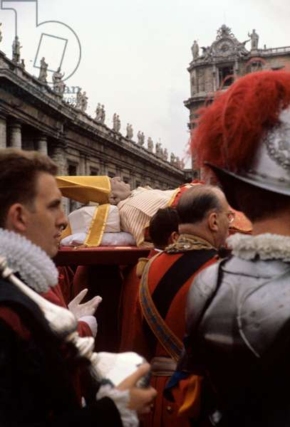 Swiss guards accompanying the dead body of Pope John XXIII, Italy, 1963 (b/w photo)
