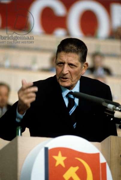Giorgio Amendola speaks at a conference of the PCI