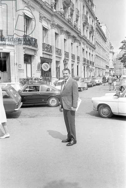 Glenn Ford posing (b/w photo)