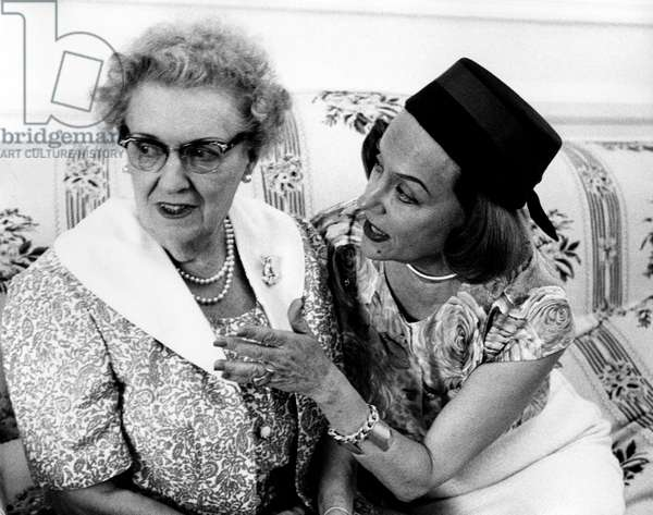 Gloria Swanson talking to her mother