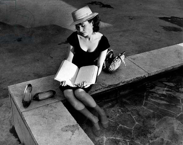 Yvonne Furneaux on La dolce vita's film set, 1959 (b/w photo)