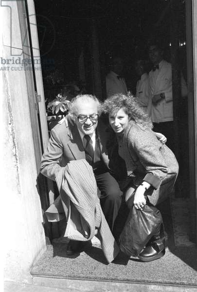 Barbra Streisand and Federico Fellini crouching together (b/w photo)