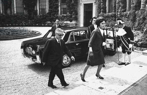 The President of the Chamber of Deputies of the Italian Republic Giovanni Leone and the Elizabeth II Queen of the United Kingdom arriving at Villa Madama, Rome, 1961 (photo)