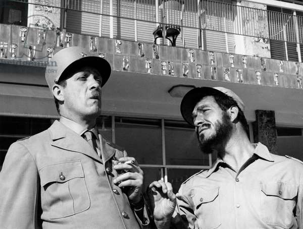 1960 : Raimondo Vianello (dans le role du general Charles de Gaulle) et Ugo Tognazzi (dans le role de Fidel Castro) (b/w photo)