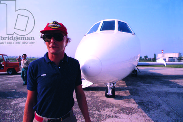 Niki Lauda beside an airplane
