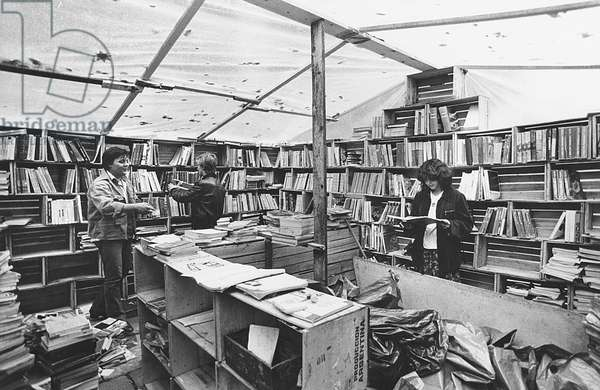 The book stalls in front of the University of Milan, Milan, October 1975 (photo)