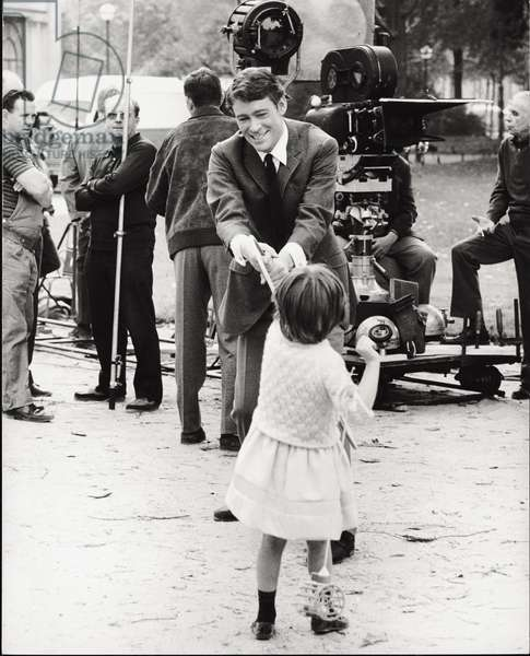 Peter O'Toole playing with a little girl (b/w photo)