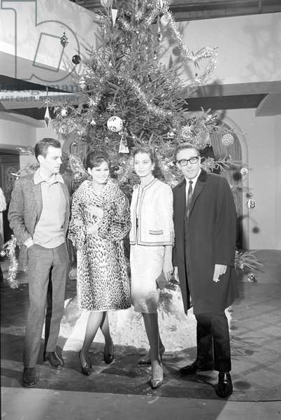 Robert Wagner, Claudia Cardinale, Capucine and Peter Sellers next to a Christmas tree, 1963 (b/w photo)