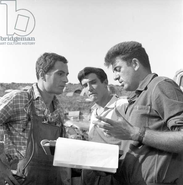 Nanni Loy, Nino Manfredi and Vittorio Gassman on the film set of Fiasco in Milan (b/w photo)