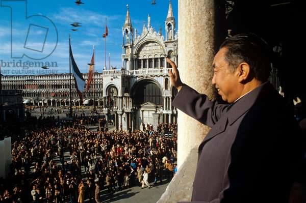 Hua Guofeng greeting the crowd of Piazza San Marco from a balcony