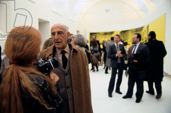 Gillo Dorfles attending Andy Warhol's exhibition