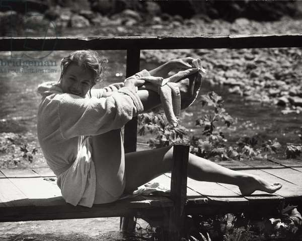Angie Dickinson drying herself, 1961 (b/w photo)