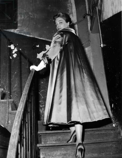 Simone Signoret climbing the stairs