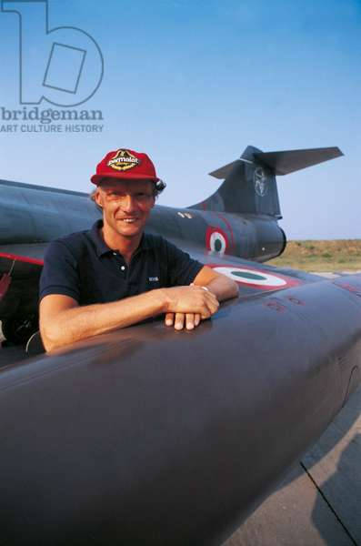 Niki Lauda leaning on an airplane