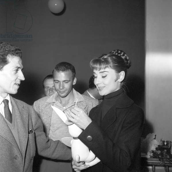 The actress Audrey Hepburn and the photographer Pierluigi Praturlon (b/w photo)