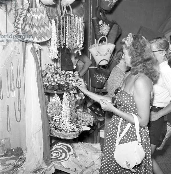 Rita Hayworth in a souvenir shop (b/w photo)